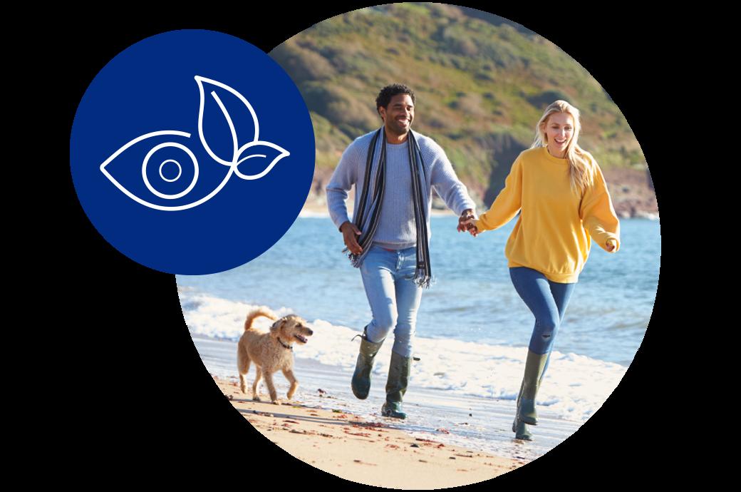 pareja corriendo en la playa, ejemplo de medio ambiente limpio
